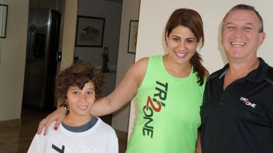 Marcelo em casa com a esposa Daniela e filho Cori