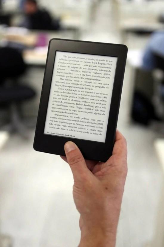 Digital. Mais confortável que o tablet, o E-reader ainda não se popularizou