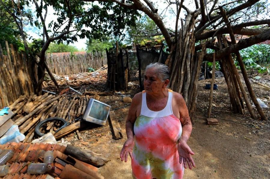 Zilma Ribeiro usa madeira de sua antiga casa para abastecer seu fogão a lenha