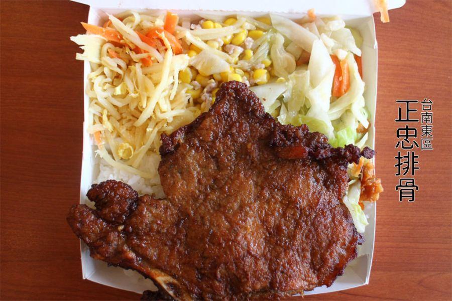 台南 成大周邊便當外送,訂便當,今天有點餓那來個飯量菜量都不少的正忠排骨吧! 台南市東區 正忠排骨