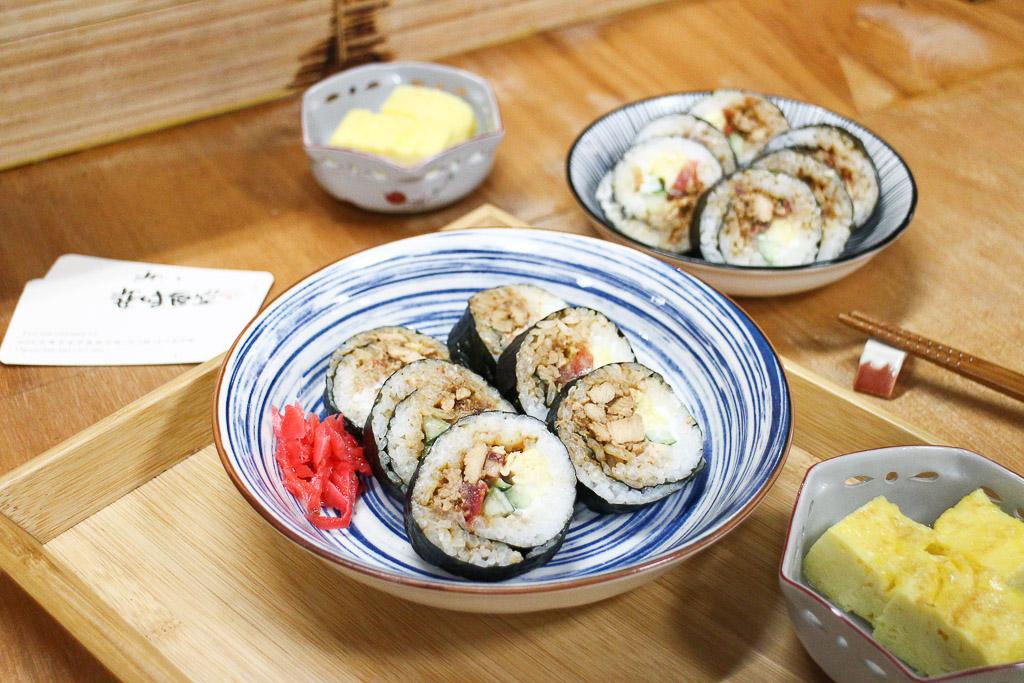 台南 安平市場的壽司小店,有別於傳統壽司,用老闆自製的味噌雞肉/豬肉為主料,風味協調又平順 台南市安平區 姿味食堂