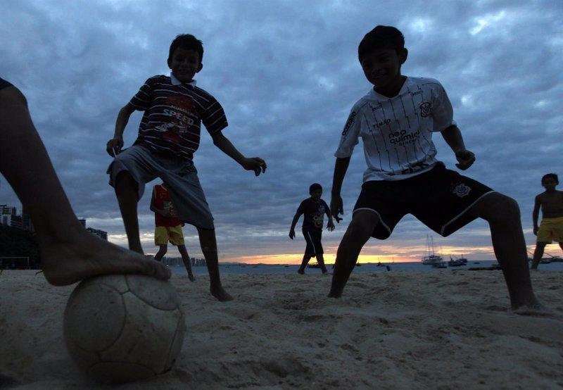 Resultado de imagen de niños jugando al futbol en la playa