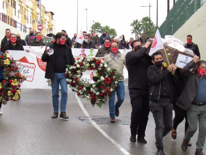 """Centenares de personas participan en el """"cortejo fúnebre"""" por la hostelería  en Dos Hermanas (Sevilla)"""