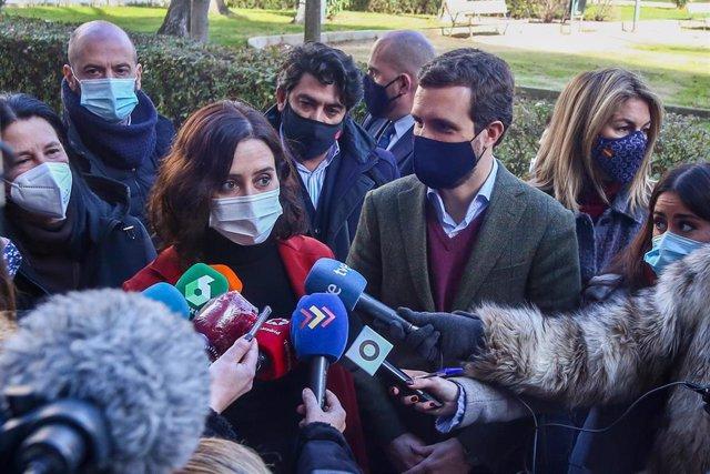 Archivo - La presidenta de la Comunidad de Madrid, Isabel Díaz Ayuso, junto al líder del PP, Pablo Casado, después de visitar la Asociación 'Ni un niño sin juguetes', en Móstoles, Madrid (España), a 4 de enero de 2020.