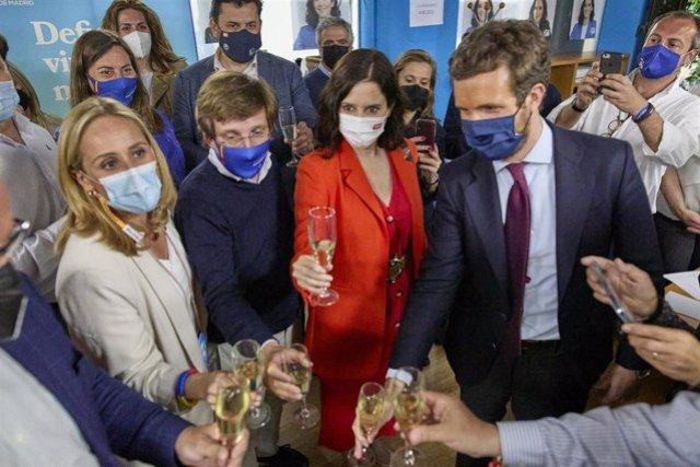 El alcalde de Marid, José Luis Martínez-Almeida, la candidatal PP, Isabel Díaz Ayuso, y el líder del PP, Pablo Casado, brindan para celebrar la victoria electoral en la sede del partido. En Madrid, a 4 de mayo de 2021.