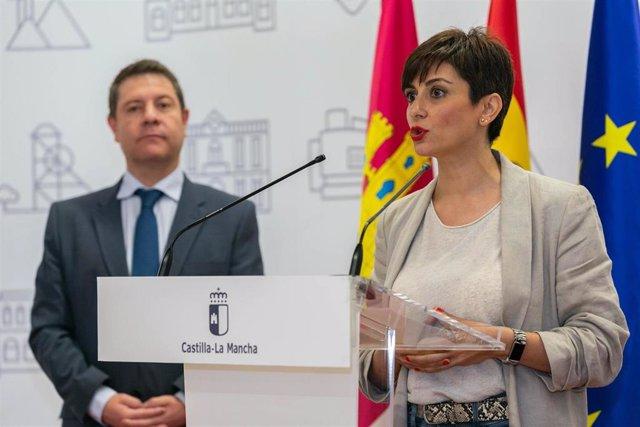 Archivo - La alcaldesa de Puertollano, Isabel Rodríguez, en rueda de prensa tras reunirse con el presidente regional, Emiliano García-Page.