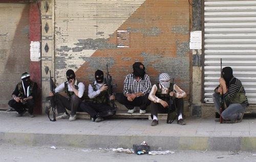 Rebeldes Miembros Del Ejército Libre Sirio En Un Suburbio De Damasco