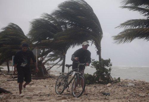 El Huracán Ernesto alcanza la península de Yucatán