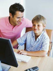 Padre e hijo niño menor usando internet ordenador