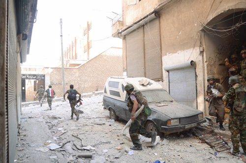 Soldados leales al gobierno sirio avanzan hacia las posiciones rebeldes