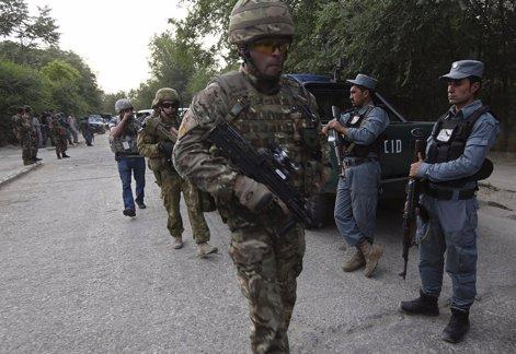 Soldados británicos de la OTAN junto a policías afganos