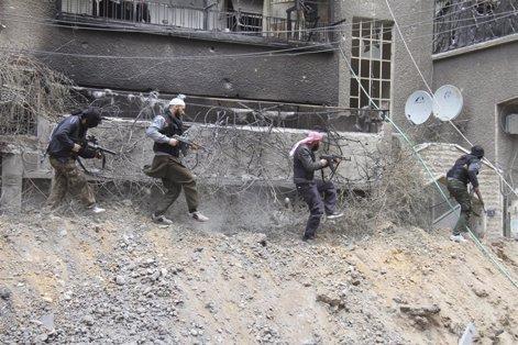 Rebeldes sirios combaten al gobierno en Damasco