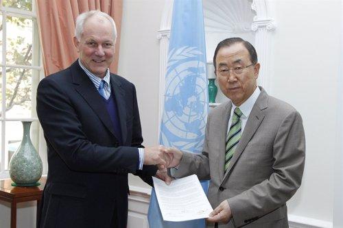 El jefe del equipo de investigación de armas químicas de la ONU Ake Sellstrom (a