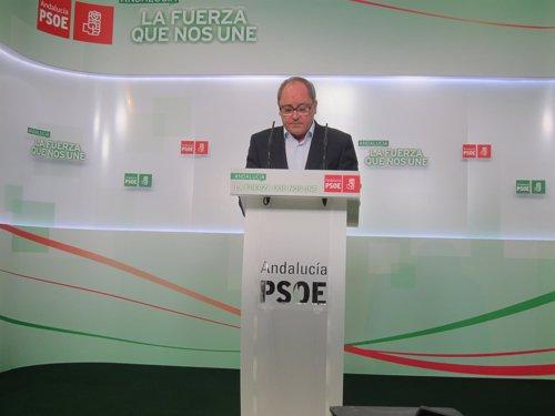 El secretario de Organización del PSOE-A, Juan Cornejo, hoy en rueda de prensa.