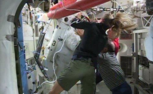 Parmitano llegando a la ISS tras la fuga en su casco