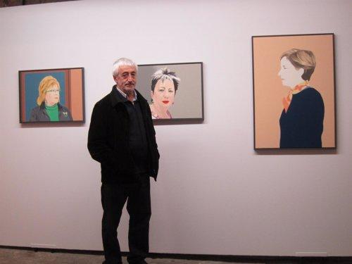 Pedro Salaberri junto a sus obras expuestas en la Ciudadela