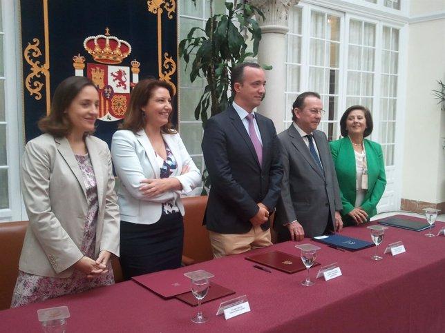 Gobierno y Junta durante la firma del convenio