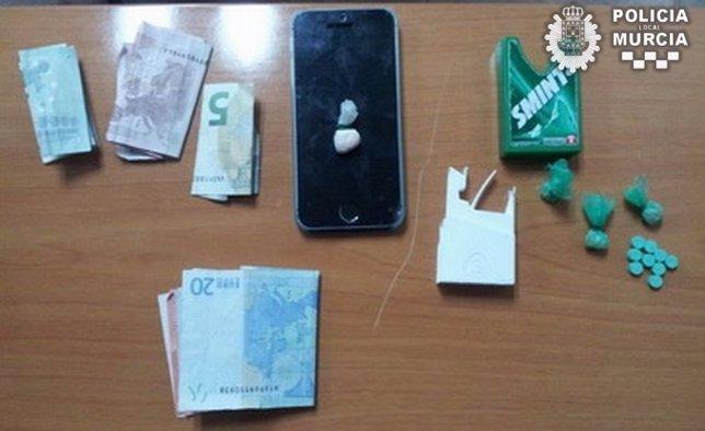 Imagen de la droga, el móvil y el dinero intervenidos