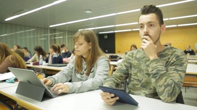 Alumnos utilizando la app Ability Connect