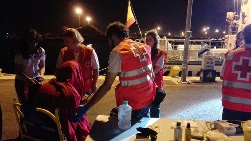 Los voluntarios atienden a los recién llegados