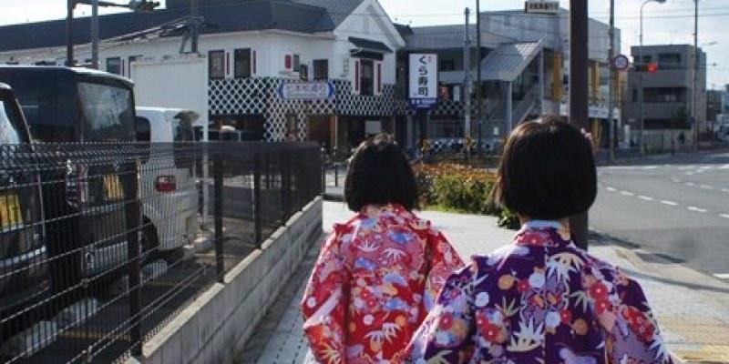 [日本美食]京都∥くら寿司二条店 Kura Sushi 藏壽司~京都地鐵二条站附近的平價迴轉壽司 平民美食未稅一皿100日圓 吃五盤可以抽扭蛋 好吃又好玩(門口也有很多扭蛋機喔)