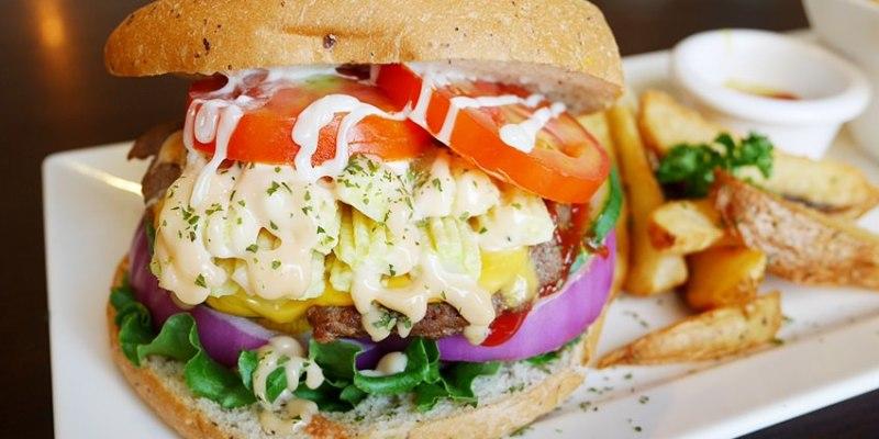 台中早午餐 漢堡巴士Burger Bus~傳統英式早餐、英式漢堡專賣店 英國開車玩一圈 結合藝術和美食的英國風文青餐館(東區早午餐)