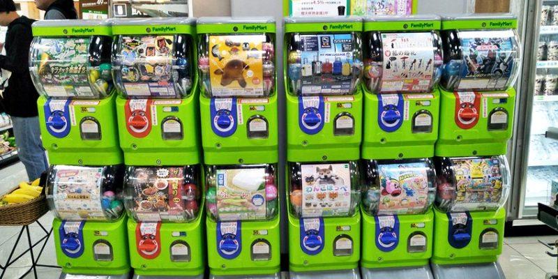 全家台中草悟道店~勤美誠品超商真方便 設有優雅咖啡座 還有扭蛋機和夾娃娃機!