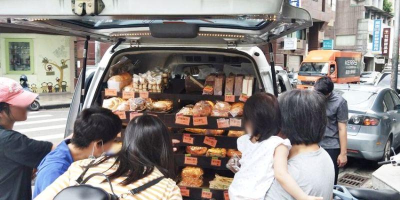 台中小吃|ㄅㄨㄅㄨ麵包車~台中街頭懷舊麵包車 紅標麵包五個100元!