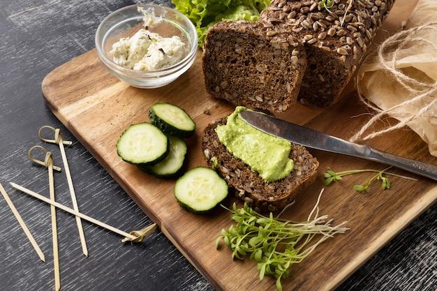 fatia-de-pao-de-angulo-alto-para-sanduiche-com-pepino_23-2148640155.jpg?size=626&ext=jpg&ga=GA1.2.1838639922 Sanduíche vegano light: 7 receitas deliciosas e fáceis