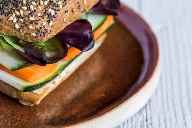 hamburguer-vegano-com-legumes-frescos_58460-440.jpg?size=626&ext=jpg&ga=GA1.2.1838639922 Sanduíche vegano light: 7 receitas deliciosas e fáceis