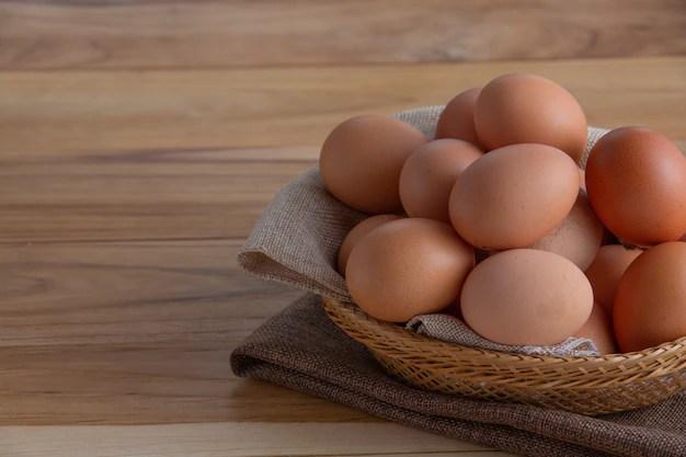 os-ovos-na-cesta-sao-colocados-no-chao-de-madeira_1150-17063.jpg?size=626&ext=jpg&ga=GA1.2.27170746 10 benefícios em comer 2 ovos por dia