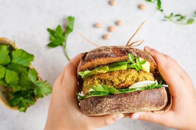 sanduiche-vegano-com-patty-de-grao-de-bico-abacate-pepino-e-verduras-no-pao-de-centeio_79830-1374.jpg?size=626&ext=jpg&ga=GA1.2.1838639922 Sanduíche vegano light: 7 receitas deliciosas e fáceis