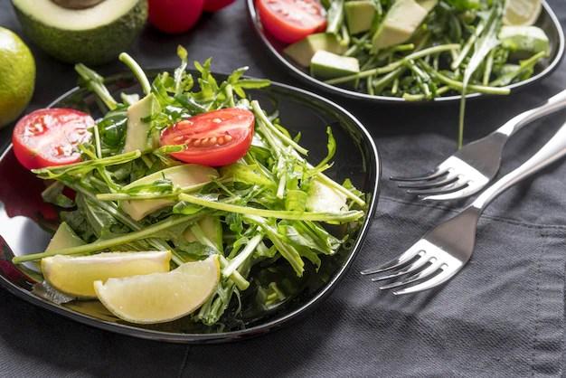 Gros plan d'une salade saine sur la table