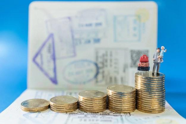 Père et enfant figurines miniatures avec valise et pile de pièces de monnaie et passeport
