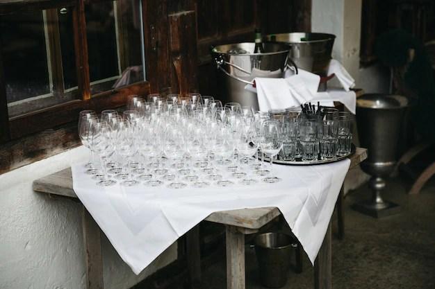 vin debout sur une table devant