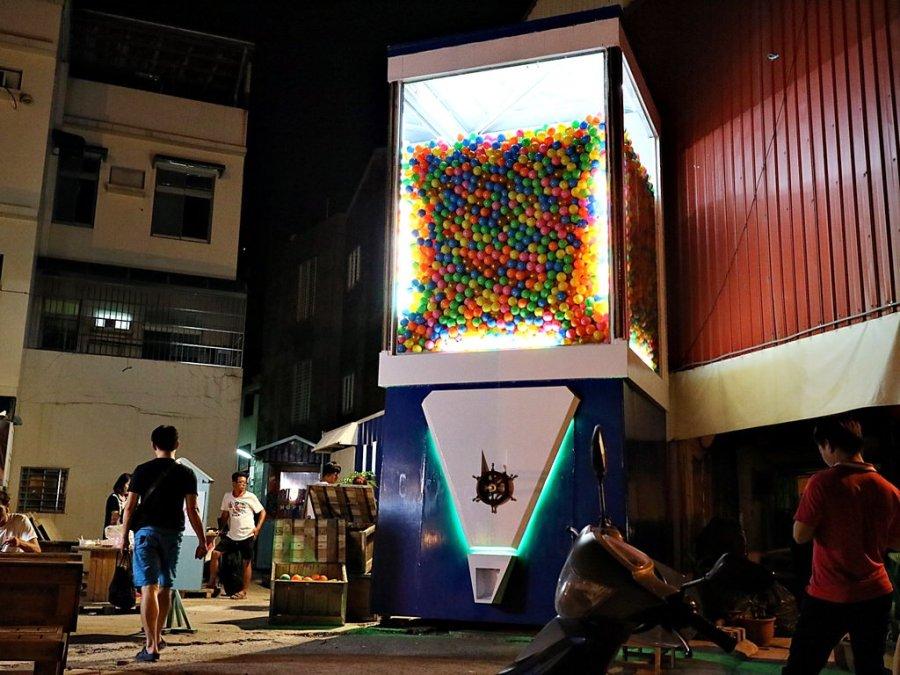 (台南。旅遊景點推薦) 台南最新貨櫃市集。全台最大扭蛋機 @衛民街  扭蛋機,異國中東料理 HU's MIND ,提比卡咖啡 近台南火車站,步行可達