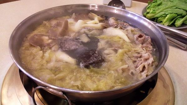 『東北酸菜白肉鍋』酸度適中的臺南好滋味