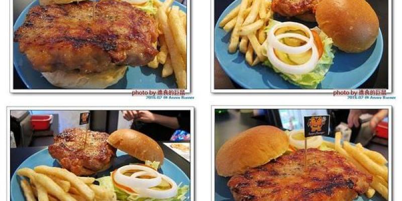 (台南。東區美食)Angry Burger 美式餐廳 / 不吃會生氣的美式漢堡,超大份量,還有大螢幕,讓你開心度過宵夜時光!