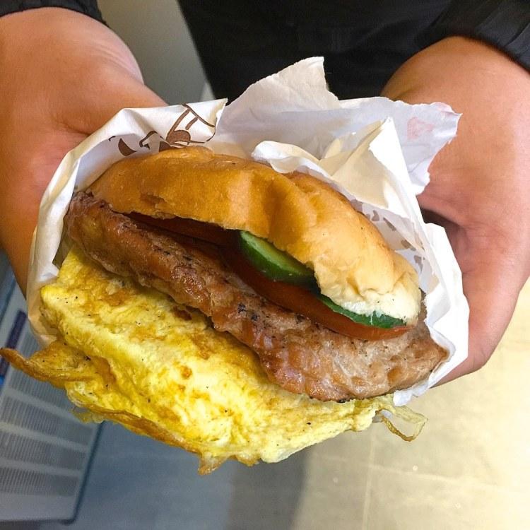 小璋碳烤漢堡|台南火車站前的銅板價大份量美味,碳烤漢堡吐司+豆漿奶茶,只要六十元!