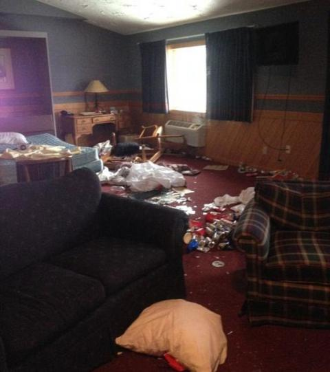 Des femmes de ménage photographient les chambres d'hôtel après le départ des clients