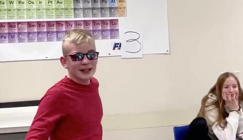 Etats-Unis : un daltonien de 12 ans voit les couleurs pour la première fois, la vidéo devient virale (VIDEO)