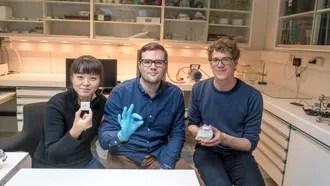 Termoelektrikere: Postdoc Xin Song, ved Senter for materialvitenskap og nanoteknologi, doktorgradsstudent Henrik Riis og Ph. D. Matthias Schrade jobber alle for å øke effektiviteten i termoelektriske elementer. De håper at teknologien skal blir en effektiv måte å hente verdifull strøm fra restvarme som er vanskelig å utnytte.