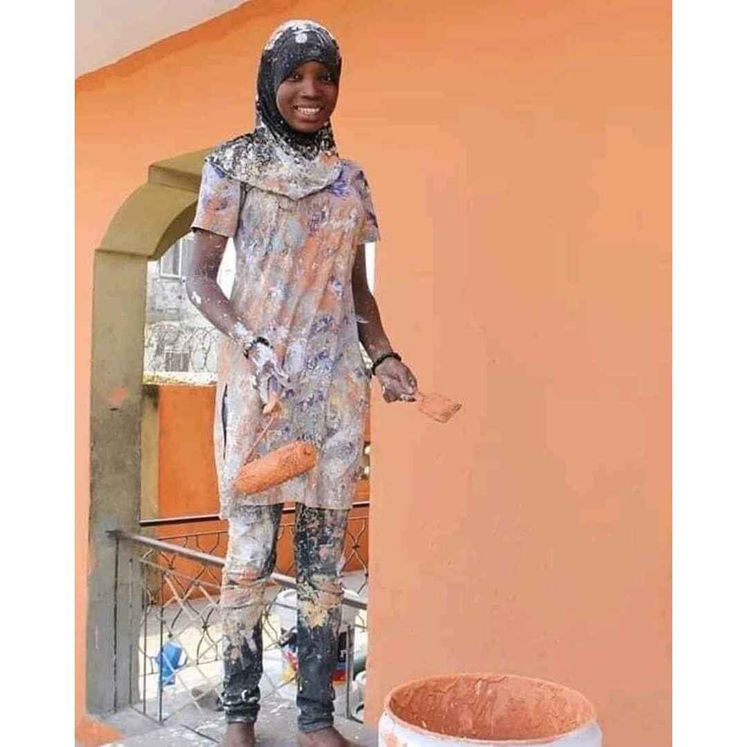 Young Nigerian Lady Becomes Internet Sensation After Posing As A Painter (Photo) 2