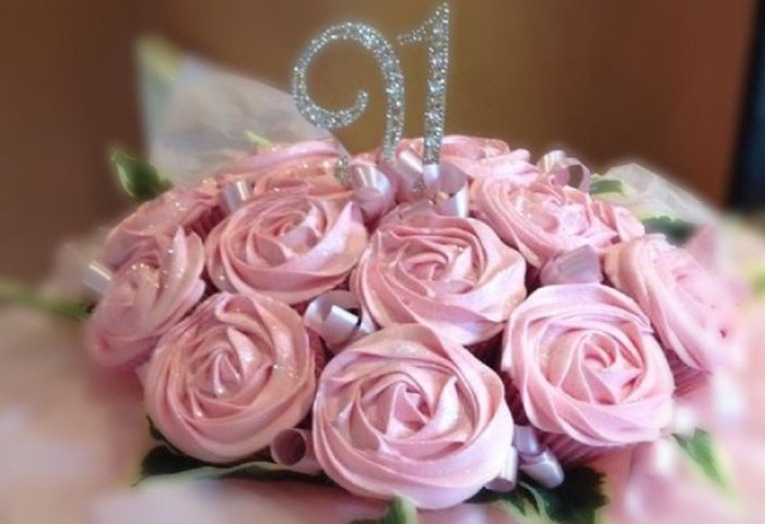 A Dozen Edible Roses Cupcake Bouquets With Personalised Note The