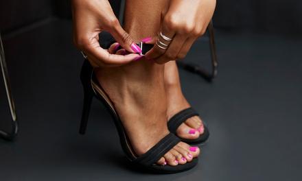 3 o 5 manicure e pedicure con smalto classico o semipermanente da A&K Glamour and Beauty (sconto fino a 76%)