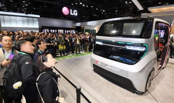 LG 전자가 지난해 1 월 라스 베이거스에서 열린 'CES 2020'에서 전시 한 커넥 티드 카.  LG 전자 제공