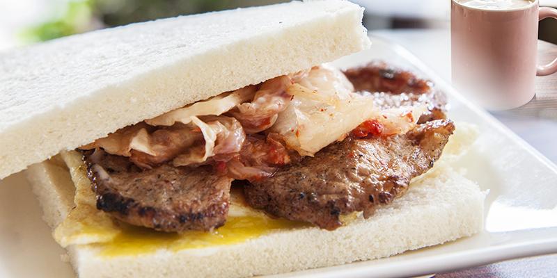 【美食】高雄|份量十足的平價早午餐推薦。吃過都喜歡的燒肉咬蛋,加上泡菜更絕配!!