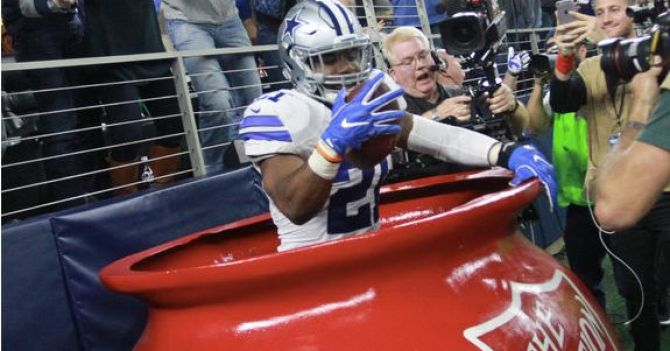 Ezekiel Elliott celebrates a touchdown against the Bucs in the salvation army pot