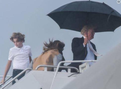 Στον Ντόναλντ Τραμπ δεν αρέσει να μοιράζεται την ομπρέλα του με τη σύζυγο και το γιο του