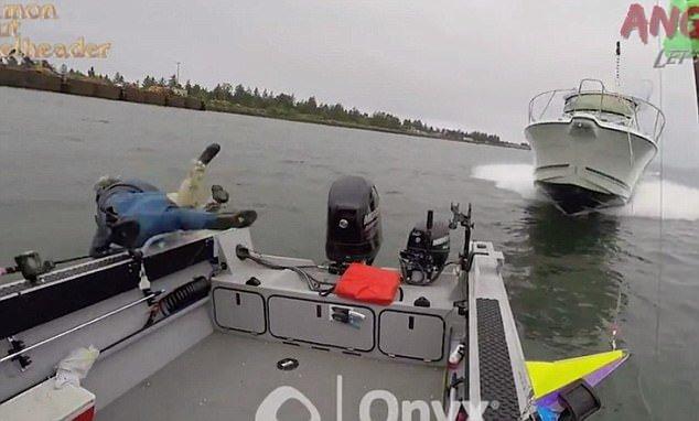 Η τρομακτική στιγμή που ένα σκάφος εμβολίζει βάρκα. Οι επιβάτες έπεσαν πανικόβλητοι στη θάλασσα